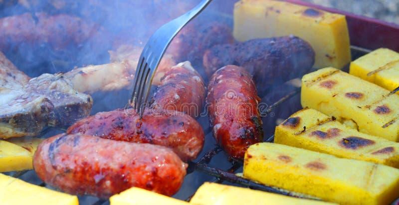 Smakowity piec na grillu mięsny grill z wieprzowiną 18 i kiełbasami obrazy stock