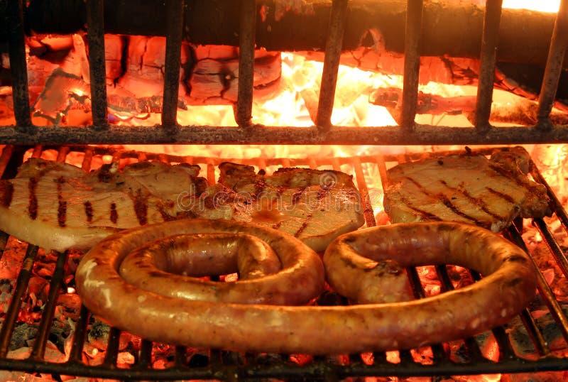 Smakowity piec na grillu mięso z kiełbasy i wieprzowiny kotlecikiem obrazy royalty free