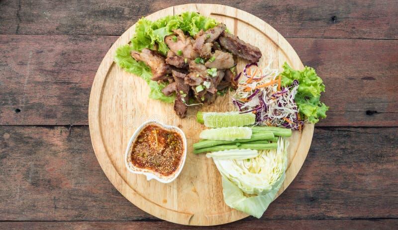 Smakowity plasterek piec na grillu wieprzowinę na drewnianej desce, tajlandzki karmowy odgórny widok obrazy royalty free