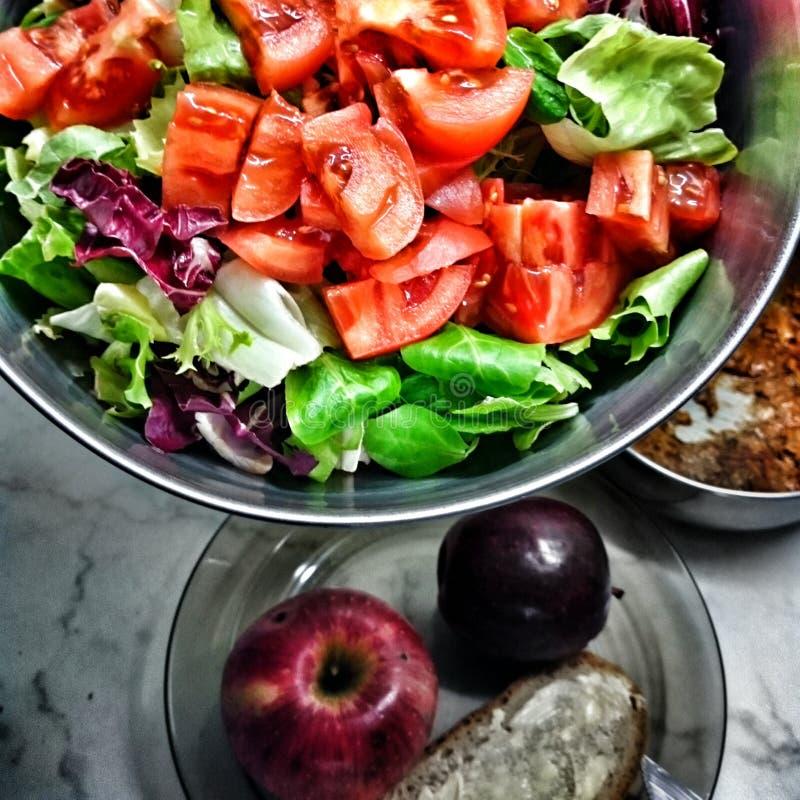 Smakowity salade Artystyczny spojrzenie w roczników żywych colours zdjęcie stock