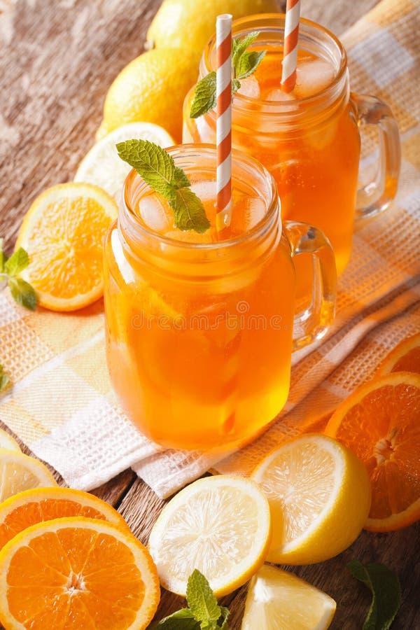Smakowity sok pomarańczowy z cytryny, lodu i mennicy zakończeniem, pionowo obrazy stock