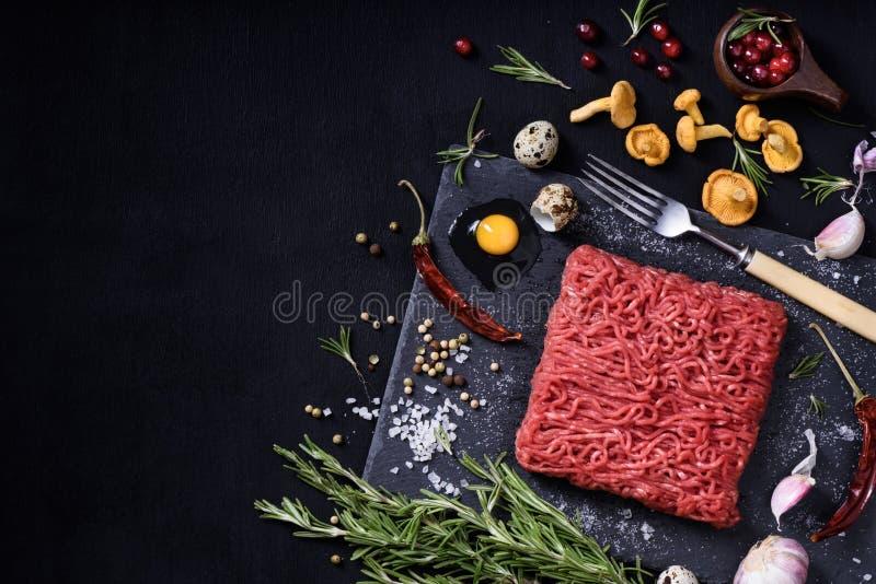 Smakowity surowy cielęciny lub wołowiny mięso na czerń stole cynamonowa kulinarna mąkę składników jaja orzechów przyprawy wanilio obrazy stock