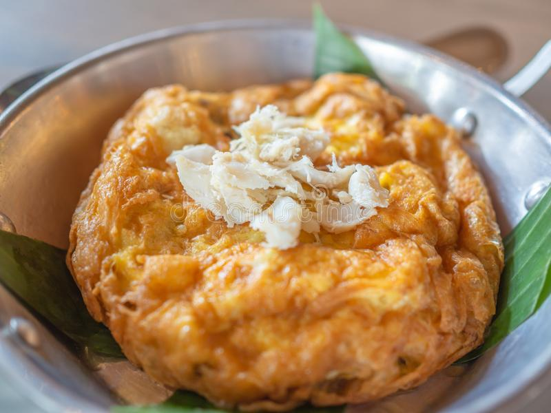 Smakowity Tajlandzki stylowy omelette z kraba mięsem na wierzchołku w niecce obraz royalty free
