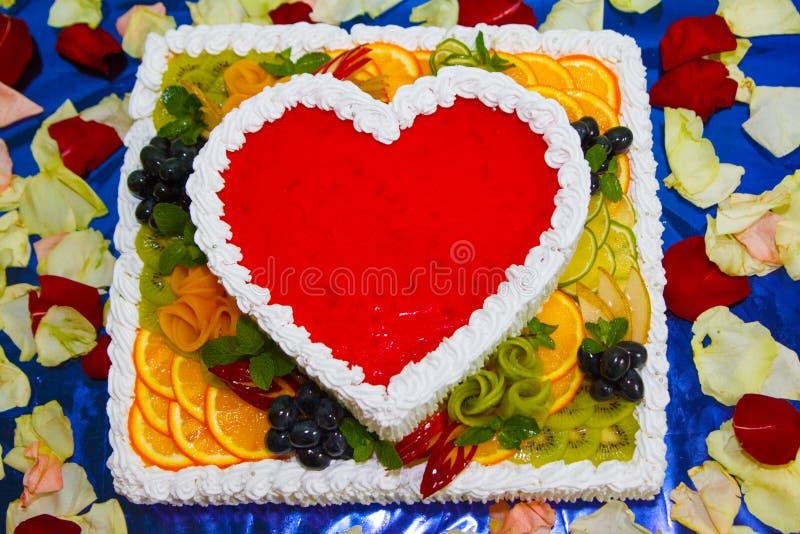 Smakowity tort - Galaretowy serce z świeżymi owoc, mennicą i jagodami kolorowymi z kopii przestrzenią, zakończenie up zdjęcia stock