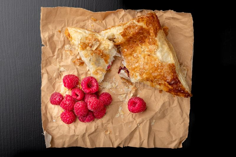 Smakowity tort z shortcrust ciastem z owoc ?wie?e malinki i tort na szaro?? papierze fotografia stock