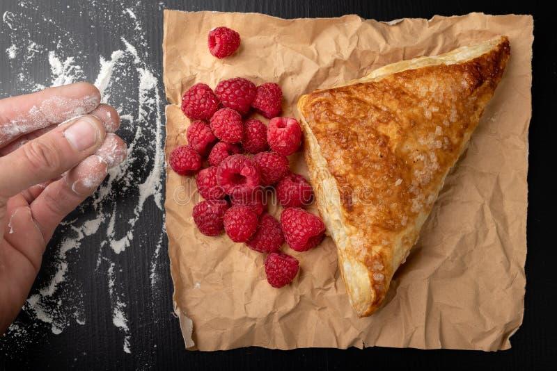 Smakowity tort z shortcrust ciastem z owoc ?wie?e malinki i tort na szaro?? papierze zdjęcie royalty free