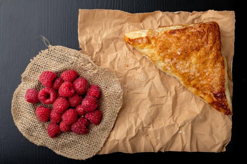 Smakowity tort z shortcrust ciastem z owoc ?wie?e malinki i tort na szaro?? papierze fotografia royalty free