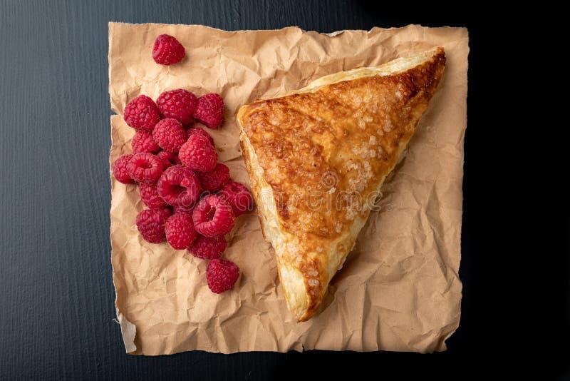 Smakowity tort z shortcrust ciastem z owoc ?wie?e malinki i tort na szaro?? papierze zdjęcia stock