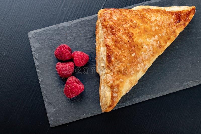 Smakowity tort z shortcrust ciastem z owoc ?wie?e malinki i tort na szaro?? papierze obrazy royalty free