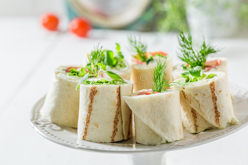 Smakowity tortilla z łososiem, serem i warzywami dla śniadanio-lunch, fotografia royalty free