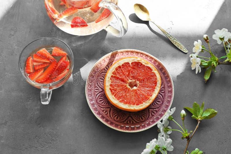 Smakowity truskawkowy napój i grapefruitowy słuzyć dla śniadania obraz stock
