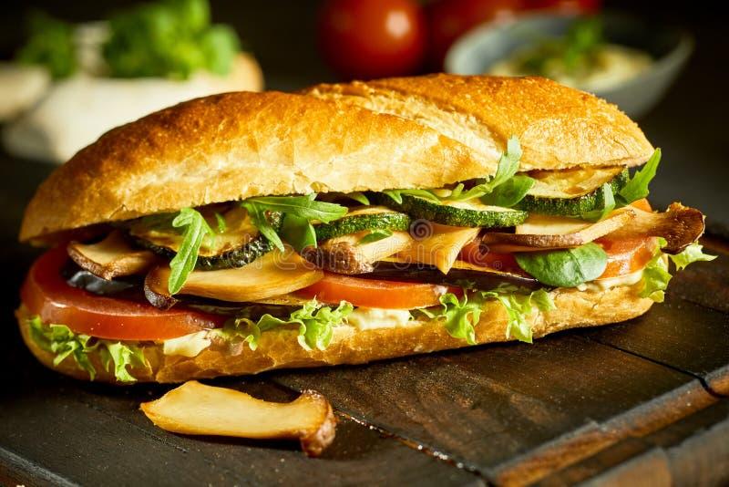 Smakowity weganinu baguette z pieczarkami i zieleniami zdjęcia stock