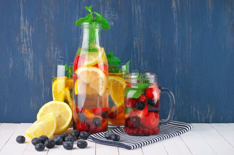 Smaksatt frukt ingett vatten arkivbilder