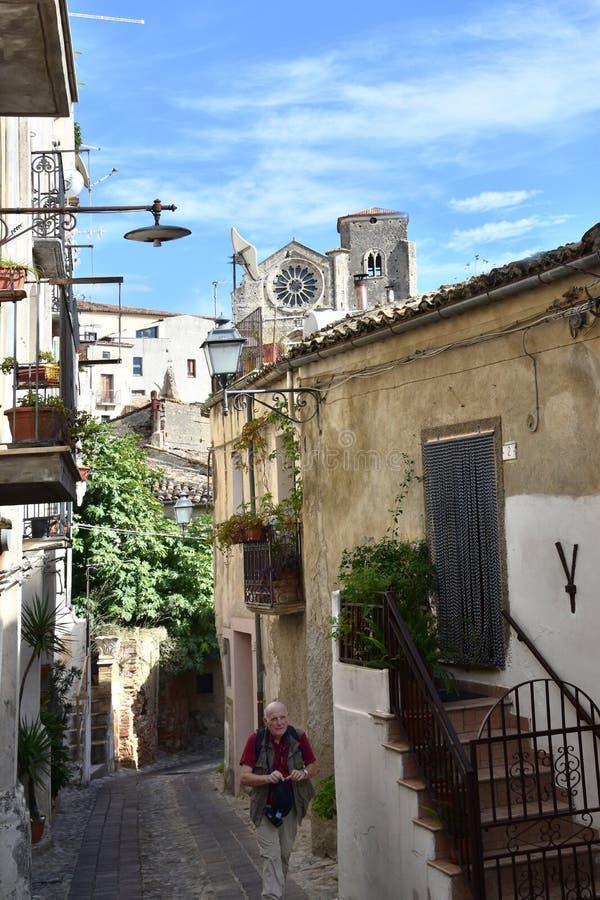 Smal bakgata i den gamla staden av Altomonte arkivfoton
