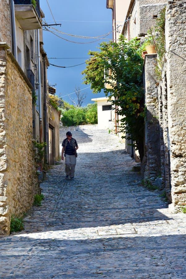 Smal bakgata i den gamla staden av Gerace royaltyfri bild