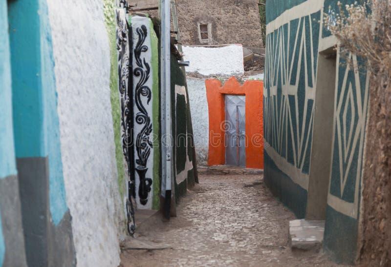 Smal bakgata i stad av Jugol i morgonen Harar ethiopia fotografering för bildbyråer