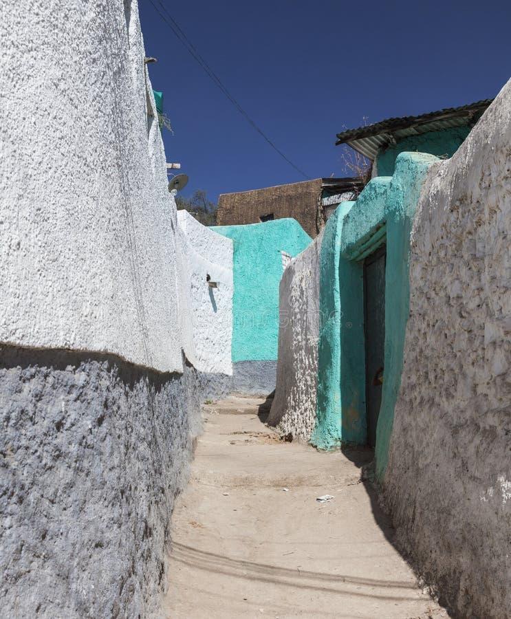 Smal bakgata i stad av Jugol i morgonen Harar ethiopia royaltyfria foton