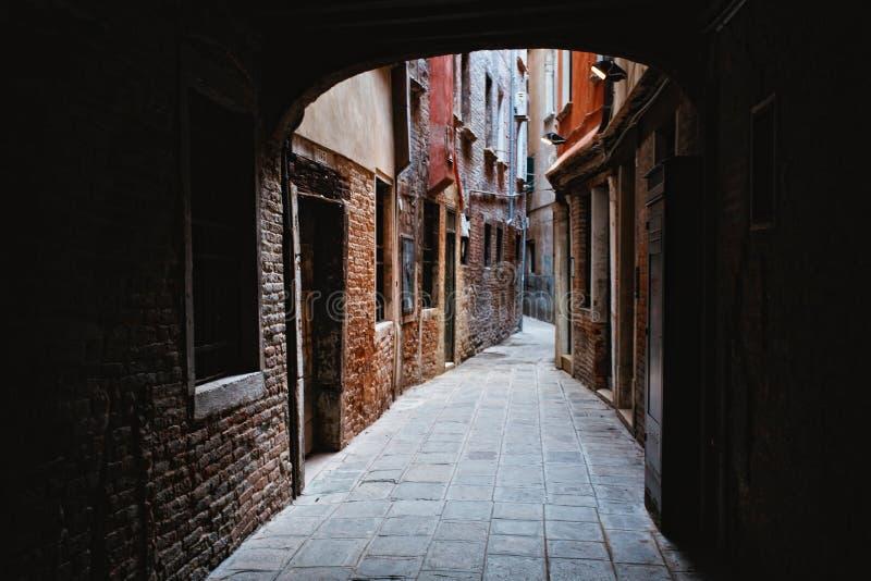 Smal bakgata i Venedig arkivfoton