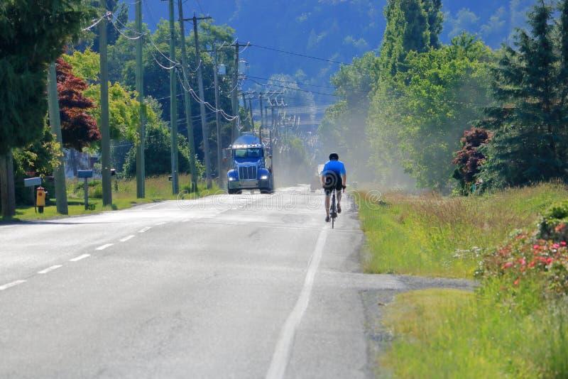 Smal cykelgränd och stora medel royaltyfria foton