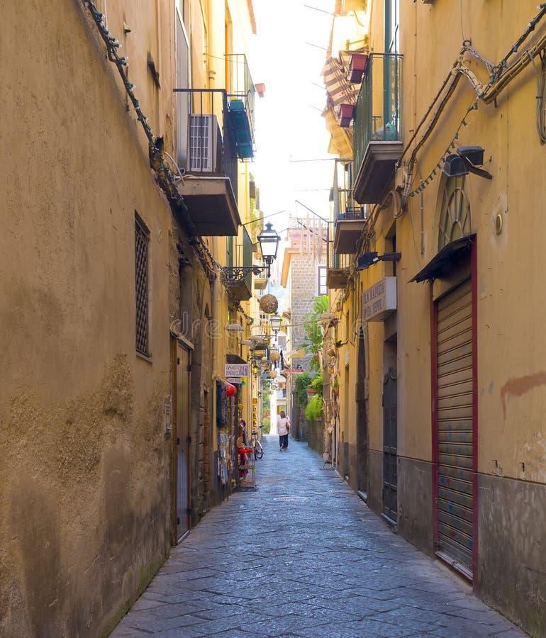 Smal färgrik gata, Sorrento Italien arkivfoto