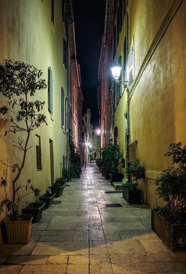 Smal gammal gata på natten i Saint Tropez royaltyfri foto