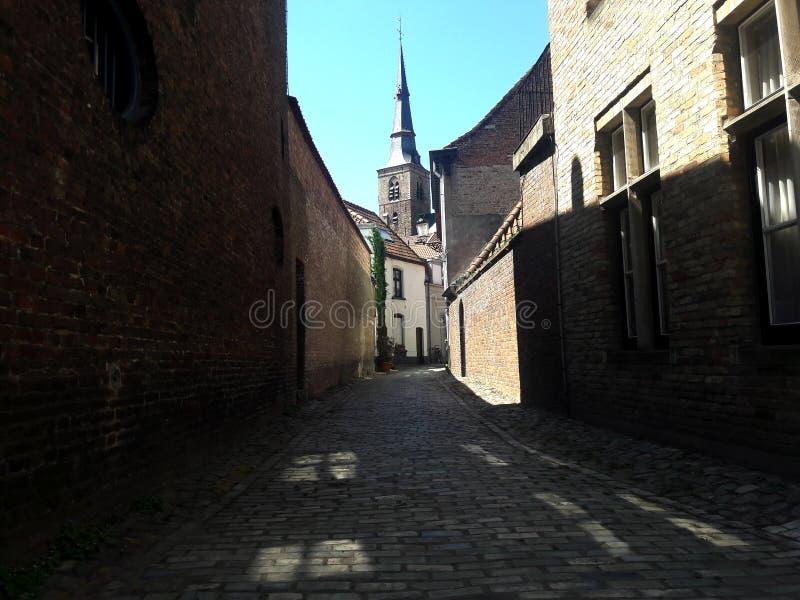 Smal gata av den gamla medeltida europeiska staden, Bruges, Belgien royaltyfri foto
