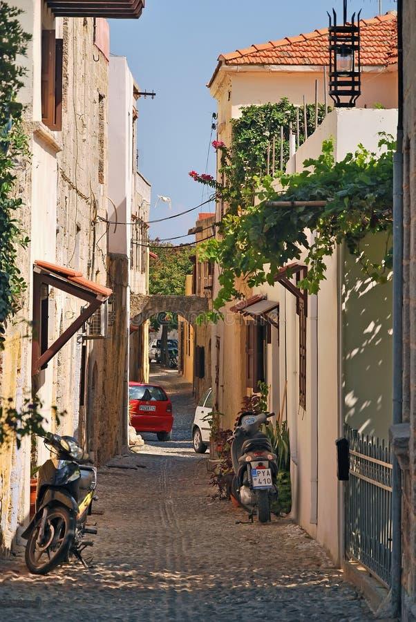 Smal gata av den gamla staden av Rhodes royaltyfri fotografi