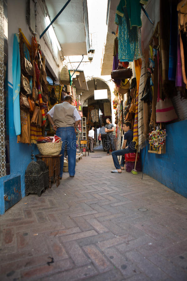 Smal gata av Tangier medina, Marocko royaltyfria foton