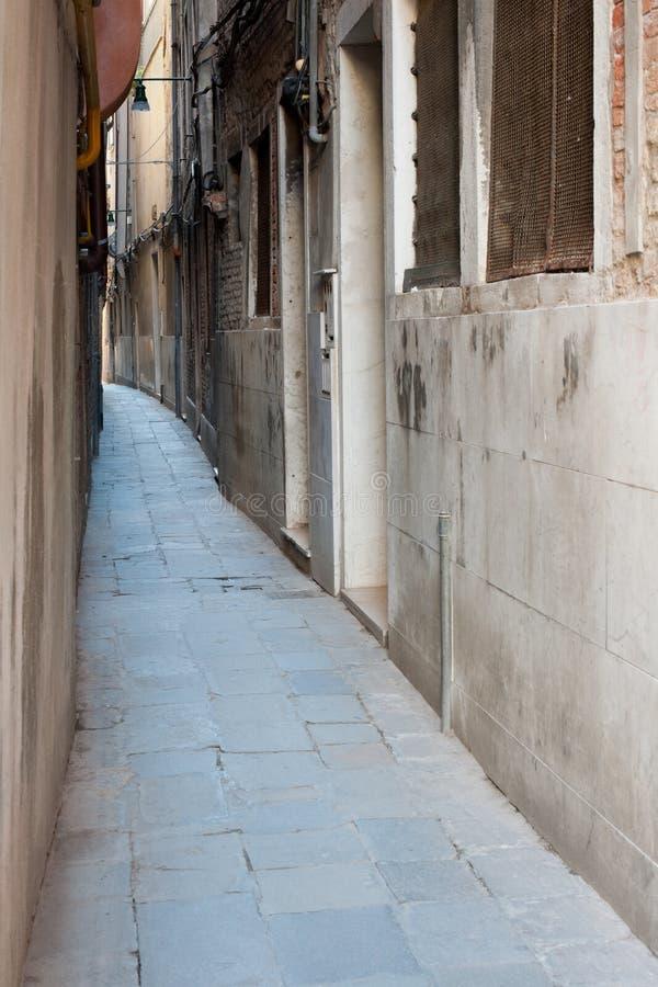 Download Smal gata av Venedig arkivfoto. Bild av utomhus, town - 27282790