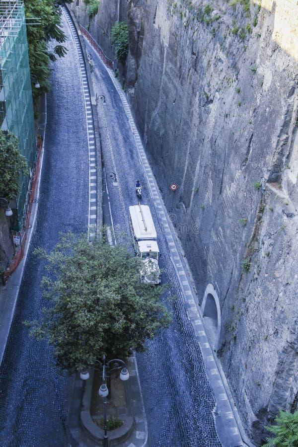 Smal gata av via Luigi de Maio Sorrento arkivfoton