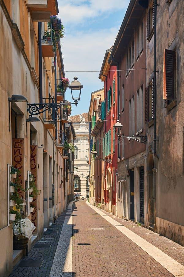 Smal gata för härlig slags tvåsittssoffa i Verona, Italien royaltyfri bild