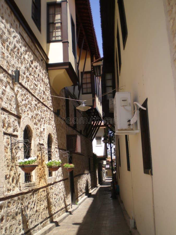 Smal gata i den gamla delen av Antalya arkivfoton
