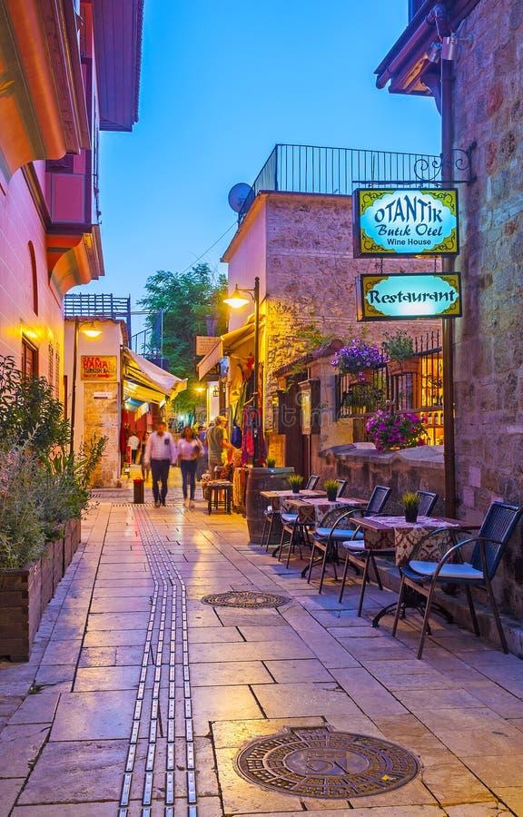 Smal gata i den gamla staden, Antalya, Turkiet royaltyfria foton