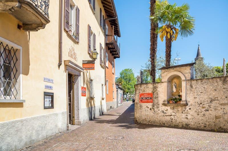 Smal gata i den gamla staden av Ascona, Schweiz royaltyfri bild