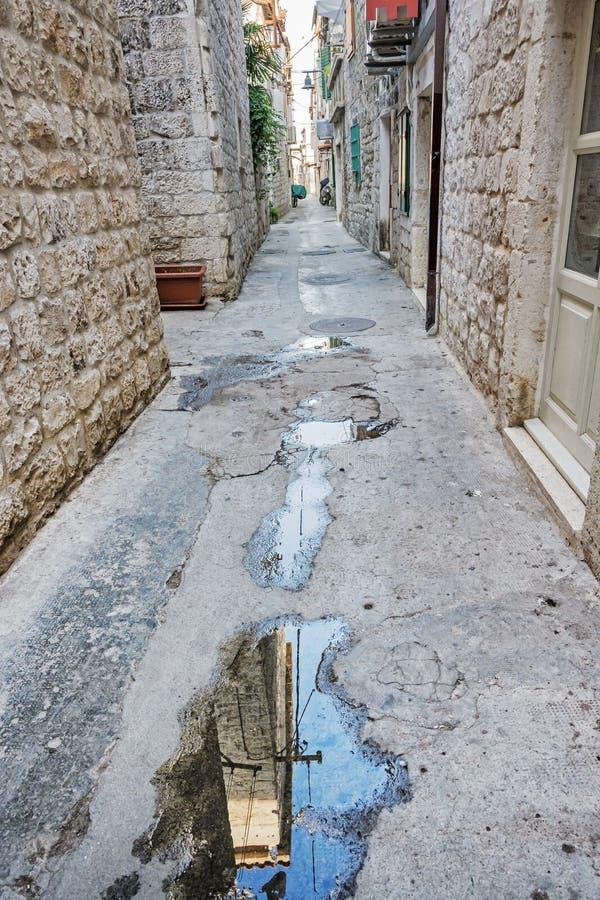 Smal gata i historiska Trogir, Kroatien arkivbild