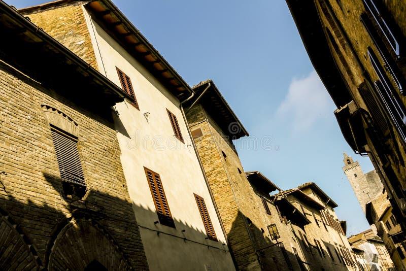 Smal gata i lilla staden Fiesole, Italien, sikt för låg vinkel royaltyfri bild