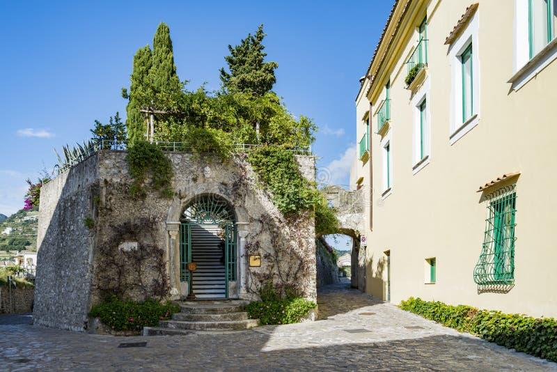 Smal gata i Ravello, Amalfi kust, Italien royaltyfri fotografi