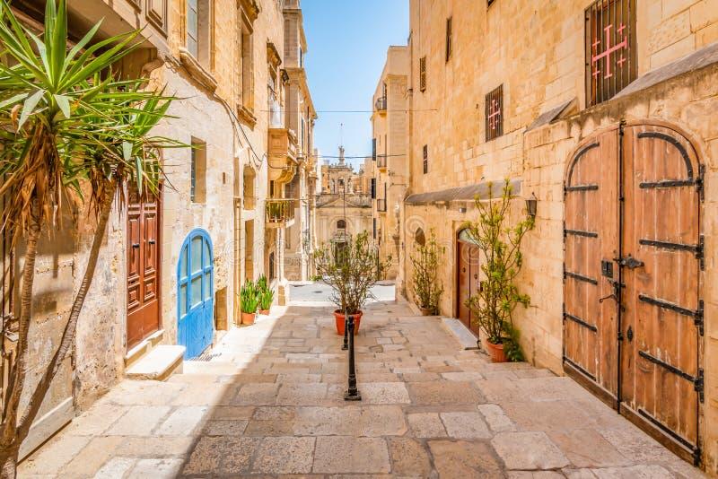 Smal gata i stadsmitt av Valletta, Malta arkivfoton