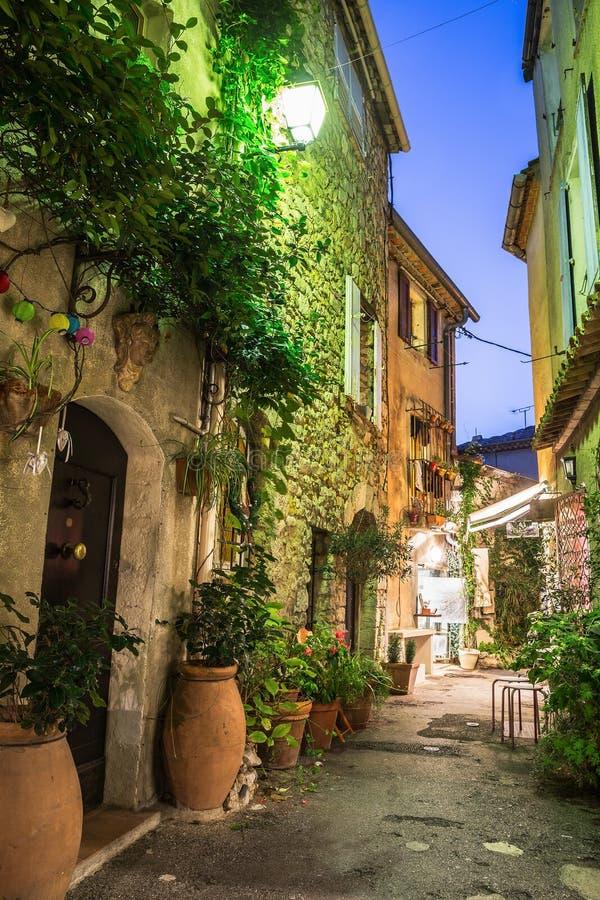 Smal gata med blommor i den gamla staden Mougins i Frankrike Ni royaltyfri foto