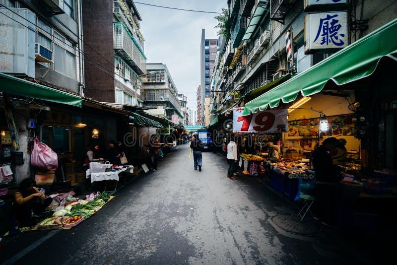 Smal gata med matförsäljare nära Dongmen, Taipei, Taiwan royaltyfria bilder