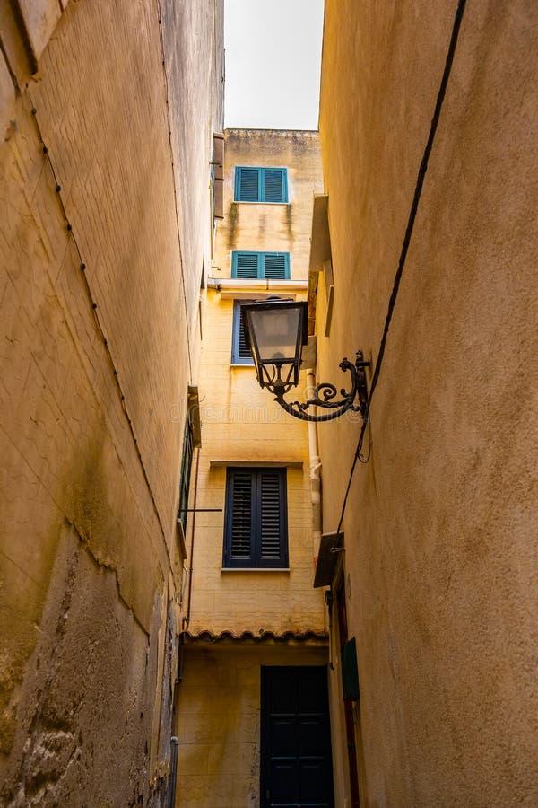 Smal gata och byggnader i Cefalu, Sicilien arkivfoton