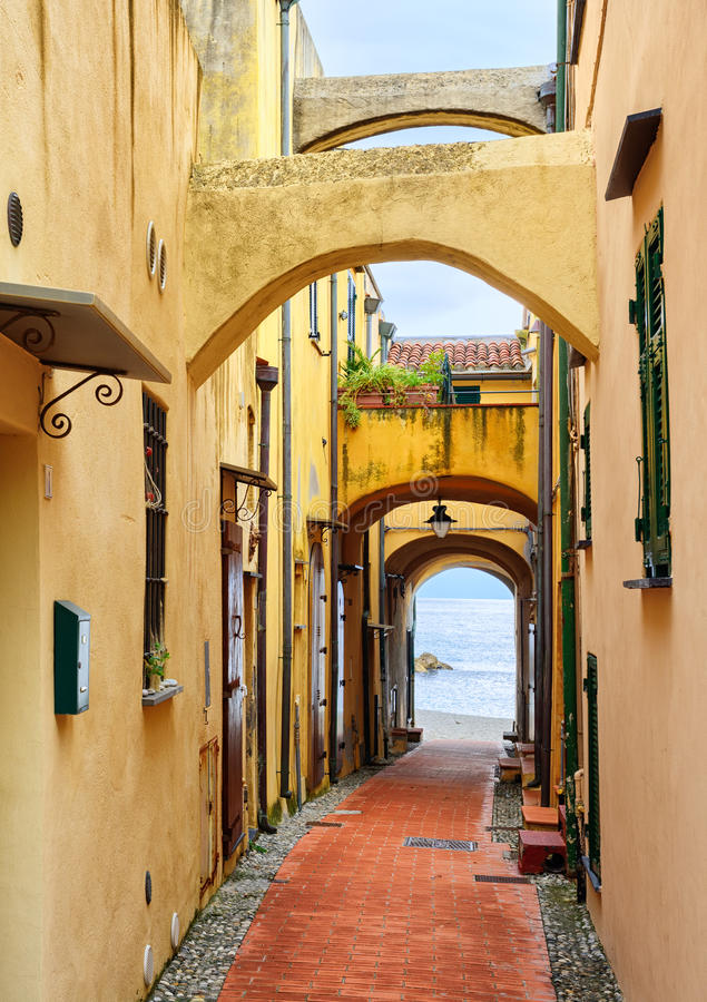 Smal gata som leder till medelhavet i den gamla staden Varig royaltyfri foto