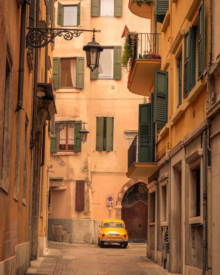 Smal gata - Verona, Italien royaltyfria foton