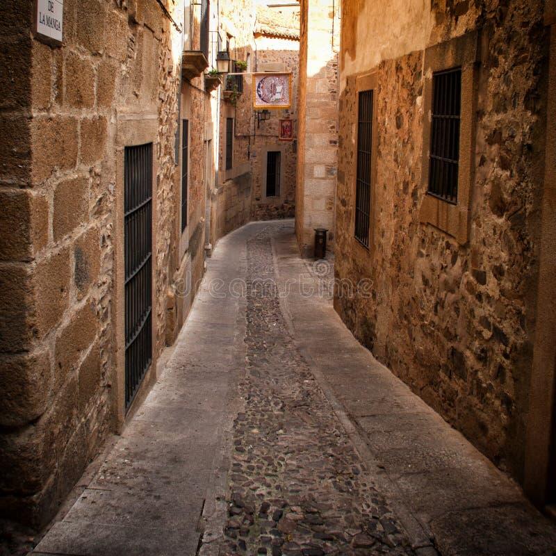 Smal gränd i Caceres (Spanien) arkivbilder