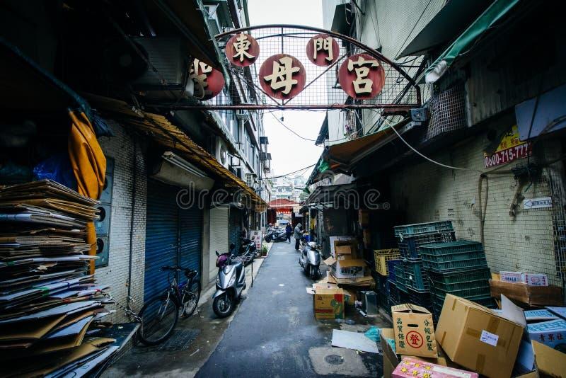 Smal gränd i det Zhongzheng området, Taipei, Taiwan royaltyfria bilder
