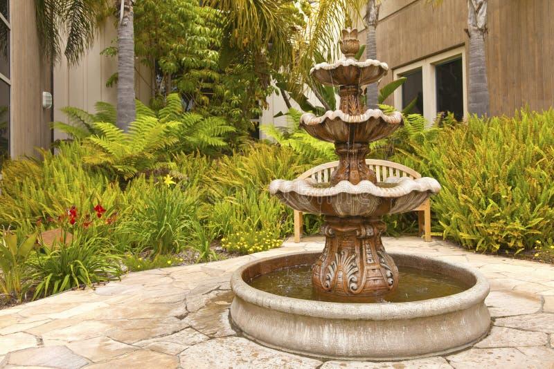 Smal-Hinterhof-Gartenbrunnen San Diego California. stockfotos