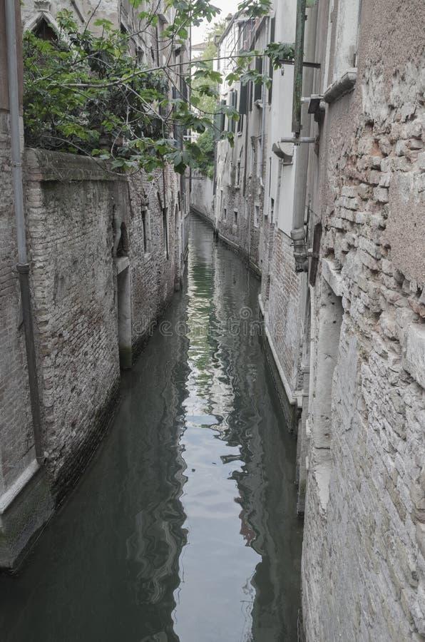 Smal kanaal aan typisch van Venetië stock afbeelding