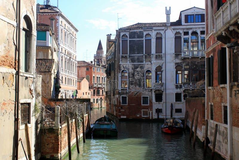 Smal kanal Venedig Italien royaltyfria bilder