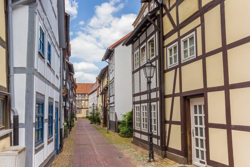 Smal liten gata med hal-timrade hus i Hameln royaltyfria foton