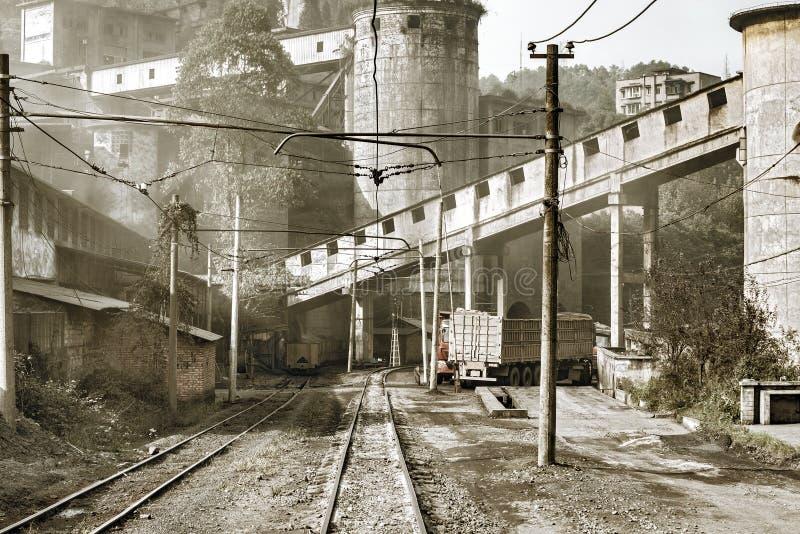 Smal-mått järnväg och lastbilar vid kolpäfyllningspunkten royaltyfria foton